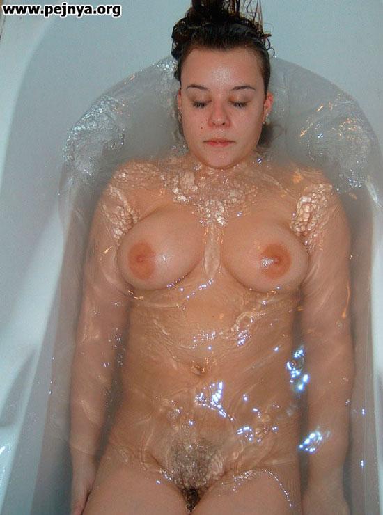 Голая девушка в ванной